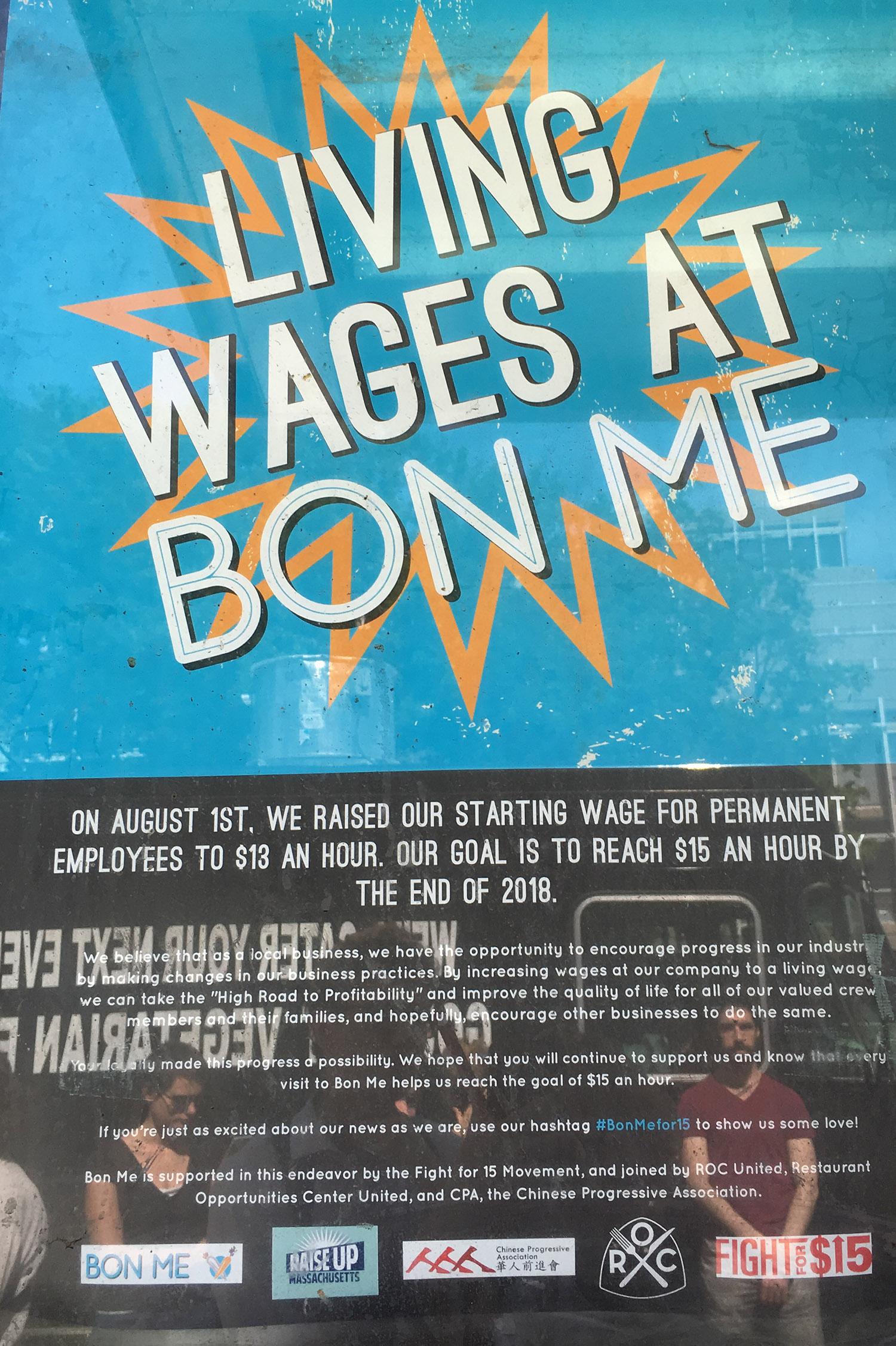 Texten under bilden lyder: Den 1 augusti höjde vi ingångslönen för fast anställda till 13 dollar i timmen. Vårt mål är att nå 15 dollar i timmen mot slutet av 2018.